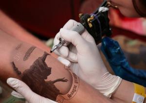il libro piace così tanto che c'è chi se lo fa tatuare.